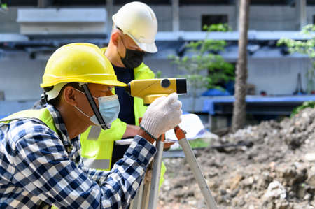 Surveyor equipment. Surveyor's telescope at construction site or Surveying for making contour plans is a graphical representation of the lay of the land startup construction work. Foto de archivo
