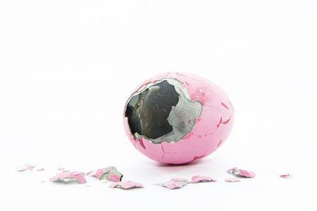 amoniaco: Huevo conservado capa de piel de pato con trozos de c�scara de huevo sobre fondo blanco