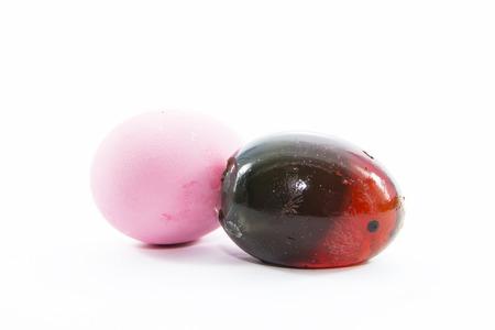 ammonia: Un huevo de pato preservado c�scara con la materia prima en el fondo blanco