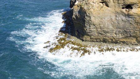weather beaten: Saluto oceano blu sulla costa tempo battuto lungo strada a senso grande oceano all'Australia Archivio Fotografico