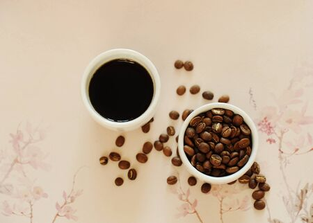 China Yunnan specialty coffee concept. Roasted bean in white cup and espresso on traditional chinese pattern background. Top view. Catimor Banque d'images