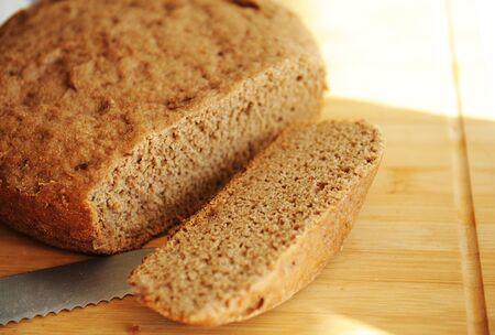 Freshly baked homemade rye-wheat whole grain bread. Sliced slice of bread on the board Zdjęcie Seryjne