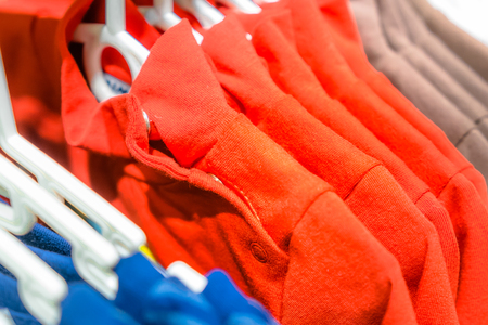 elemento de ropa infantil, sudaderas para adolescentes en una percha.