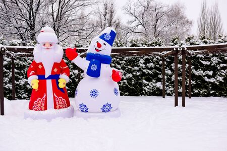 large figures of Santa Claus and snowman in the winter Park Zdjęcie Seryjne