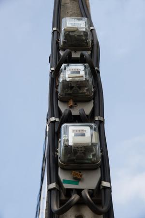contador electrico: medidor de electricidad en el poste. Foto de archivo