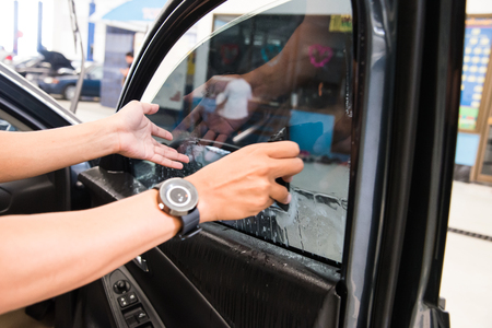 vehicle window: Technicians to repair the cars film.