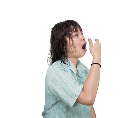 cansancio: Mujer joven bostezo aislado sobre fondo blanco.