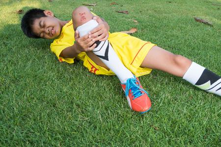 Primer Del Hombre jugador de fútbol que sufre de la rodilla Lesión En Campo.