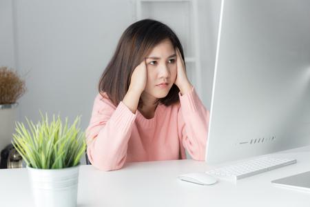 Aziatische vrouwen die langdurig met een computer werken, het concept van het Office-syndroom
