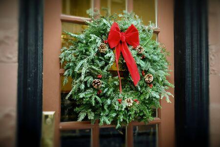 puerta verde: Navidad corona colgar en la ventana del edificio de apartamentos de ladrillo con flor cuadro siguiente, estilo de colores