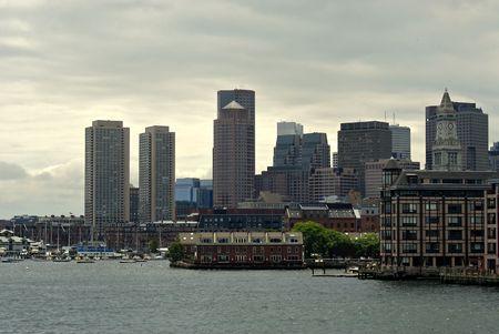 encrespado: Vista de la Boston skyline de Boston Harbor mostrando diversos rascacielos de diferentes �pocas. El mar est� picado y el cielo nublado
