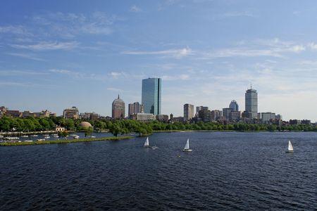 encrespado: Vista de la Boston skyline de todo el r�o Charles, el agua est� picado y hay veleros en el agua
