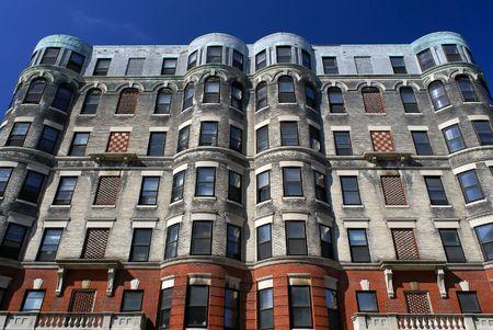 checker board: sutil pero adornado edificio de apartamentos en el centro de Cambridge Massachusetts inspector a bordo con los dise�os y las esquinas redondas contra un cielo azul profundo