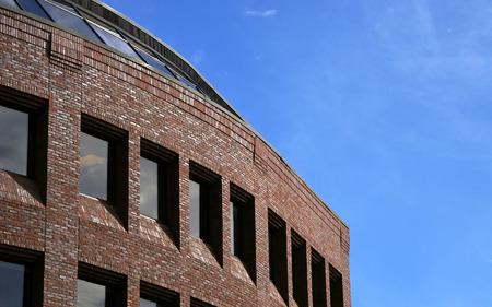 장엄한 아직 간단한 벽돌 건물 하버드 스퀘어, 캠브리지 매사 추세 츠에 위치한 부드러운 구름과 푸른 하늘에 대하여 건물,