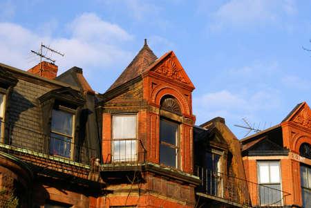 row houses: ornately intagliato eves fila di case su Newbury Street a Boston