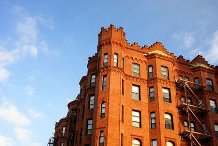 rij huizen: ornately carved rij huizen op straat in boston als een torentje newbury