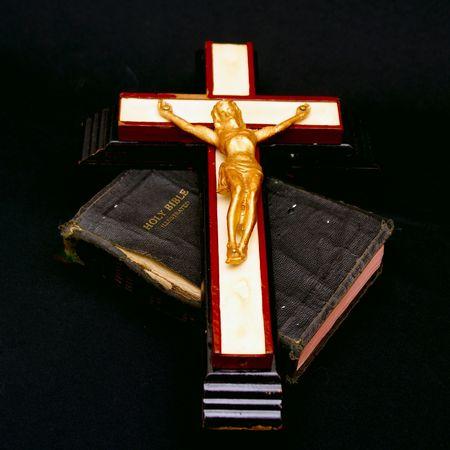 holiday prayer book: a todo color la imagen de un antiguo crucifijo en la parte superior, por la que se de una antigua biblia leatherbound  Foto de archivo