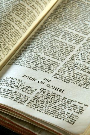聖書シリーズ。アンティーク聖書旧約聖書のダニエルの本を開いて詳細を閉じる
