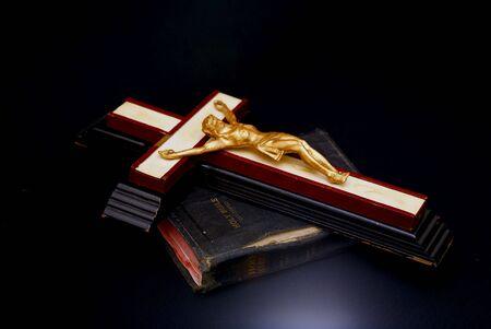 holiday prayer book: din�mica imagen brillante de un antiguo crucifijo en la parte superior, por la que se de una antigua biblia leatherbound  Foto de archivo