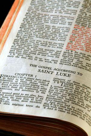 ルーク: 聖書シリーズ。アンティーク聖書新約聖ルカによる福音書を開いて詳細を閉じる 写真素材