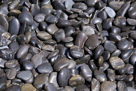 滑らかな磨かれた暗い川の石、理想的な背景の完全なイメージのコレクション