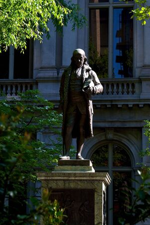public statue of ben franklin stands in fron of the old city hall in boston massachusetts 免版税图像