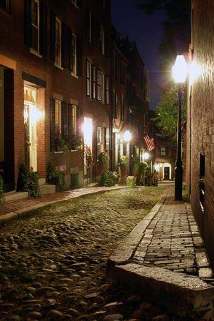 casa colonial: Sepia tonos imagen de un viejo siglo 19 improvisamos carretera de piedra en Boston Massachusetts, iluminado s�lo por las l�mparas de gas que revela la shuttered ventanas y puertas luminosidad de la rowhouses en Acorn Street  Foto de archivo