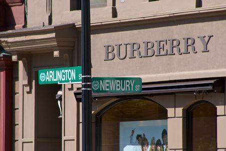 bostons 다시 베이에 알링턴 및 newbury 거리 표지판