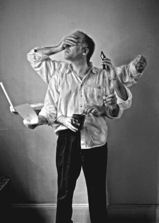 ユーモラスなセルフ ポートレート、憤慨、8 本の腕マルチ タスク、メモを取ったり、時間を確認し、ラップトップに取り組んで、コーヒーを作る、