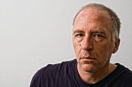 hombre pobre: bellamente detallado retrato real de haggared cansado de adultos que buscan hombre blanco buscando intensamente en el visor Foto de archivo