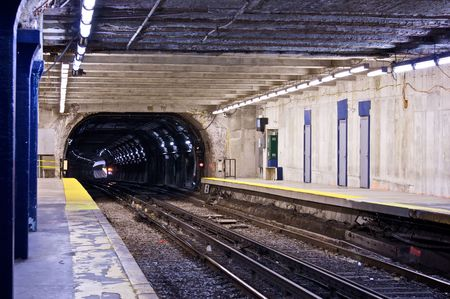 マサチューセッツ州のボストンでトラック鉄道の地下鉄トンネル下へ見ています。