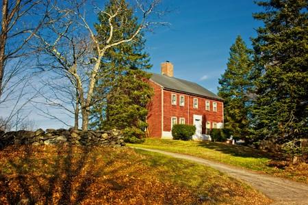 hampshire: antigua casa colonial de color rojo en la colina de Nottingham en New Hampshire en una tarde de oto�o Foto de archivo
