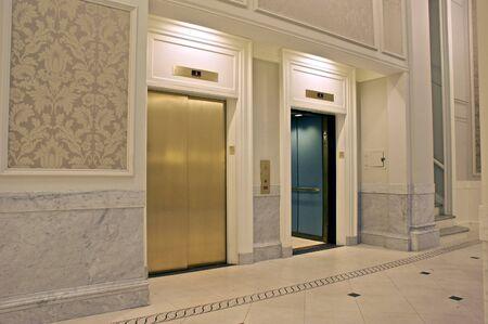 1 층에있는 트윈 엘리베이터를보고, 하나는 열려 있습니다.