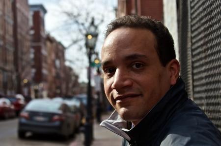外黒人男性ビューアーを見て顔に小さな笑みを浮かべて若いボストン
