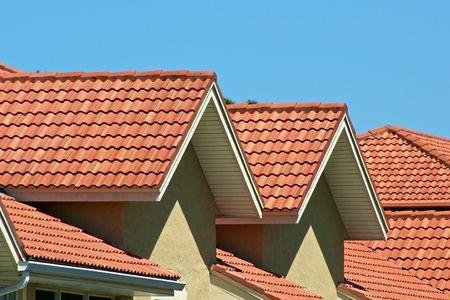 햇빛과 푸른 하늘에 오렌지 지붕 최고 봉우리