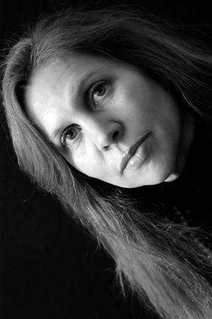 occhi grandi: ritratto di belle donne con i capelli lunghi in bianco e nero, occhi grandi e labbra carnose. l'illuminazione laterale