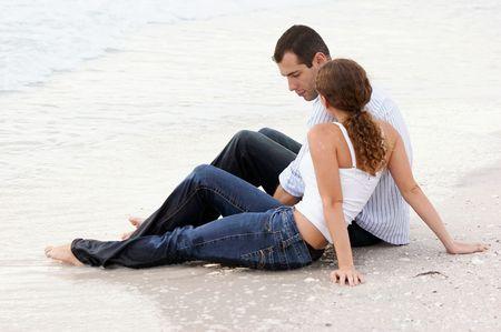 wet clothes: Pareja joven en la playa en la ropa h�meda y hablando sesi�n