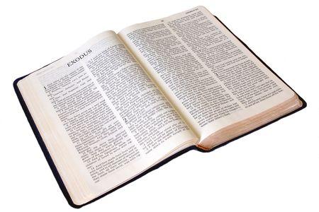 신성한 성경은 출애굽기의 첫 페이지에 흰색으로 열리 며, 전체 책이 보여진다.