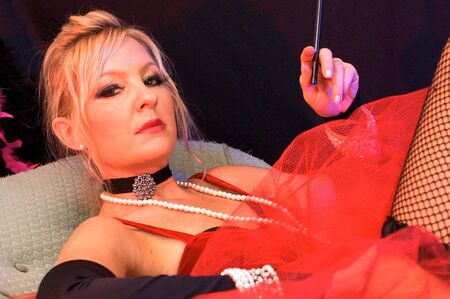 prostituta: Bella actriz en coche disfrazado de se�ora pasada de moda o prostituta tambi�n puede ser una se�ora sexy. Claus o los elfos de Santa Claus para Navidad. Tiro con luces estrobosc�picas azul y rojo.