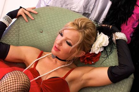medias de red: Chica de sal�n, se�ora victoriana o prostituta, tambi�n podr�a ser un elfo sexy o Sra. claus para Navidad, sonriendo.  Filmado con estroboscopios azules y rojos. Foto de archivo