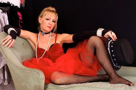 sexy christmas elf: Bella bionda come costume womanin Signora o prostituta, potrebbe anche essere un elfo sexy o mrs. Claus per il Natale, guardando direttamente a spettatore. Tiro con lampeggianti blu e rosso. Archivio Fotografico