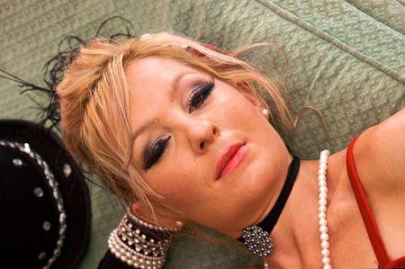 prostituta: Retrato de la hermosa rubia ponedoras vestida como la vieja se�ora envejecida o prostituta. Mejorado con estroboscopios colores azules y rojos, para a�adir color �nico. Foto de archivo