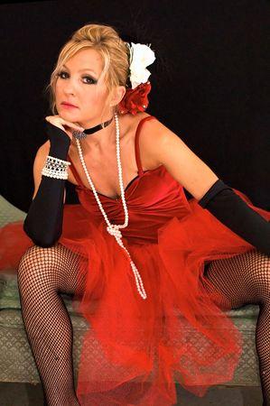 legs spread: Bella bionda seduta con le gambe diffondere vestita come vecchio tempo ballando ragazza o prostituta pu� anche essere un elfo claus sig.ra o della santa sexy per Natale. Potenziata con strobes colorato blu e rosso per aggiungere colore unico.