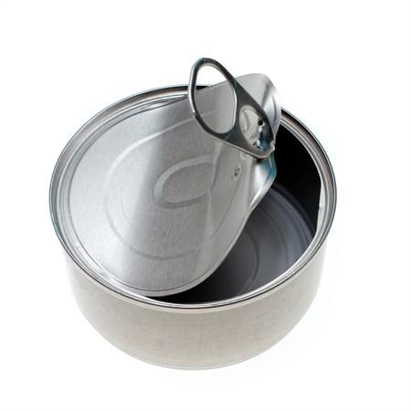 은색 금속 고양이 음식 수, 아래로 웅크 리고 끌어 오기 탭 뚜껑을 열고 빈 수 있습니다. 스톡 콘텐츠