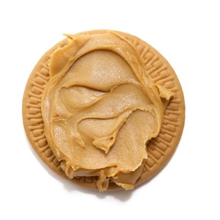 丸いショートブレッド クッキーに広がるクリーミーなピーナッツ バター 写真素材