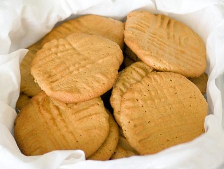 종이 수건 줄 지어 컨테이너 포크 자국, 자연 채광에 신선한 수 제 땅콩 버터 쿠키의 배치를 보유하고있다. 스톡 콘텐츠