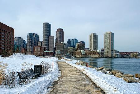 보스턴 항구과 겨울 rowes 부두 및 사우스 보스턴 매사 추세 츠에있는 마천루 건물의보기.