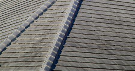 Close-up van een grijze steen dak in de zon gelegen in florida