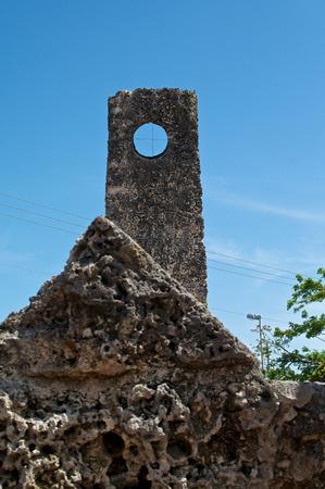 高くそびえる手のビュー刻まれた岩望遠鏡をフロリダの珊瑚の城 写真素材