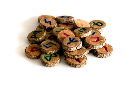 runes: Ensemble de runes de ch�ne, un ancien alphabet connu sous le nom futhark sur blanc. Remarque: Ces runes ont �t� faites par le photographe.